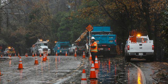 Regn faller nu i Kalifornien. Här arbetar räddningstjänsten i staden Paradise. ELIJAH NOUVELAGE/TT