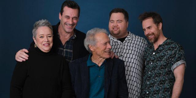 Clint Eastwood tillsammans med skådespelarna i Richard Jewell. Chris Pizzello / TT NYHETSBYRÅN