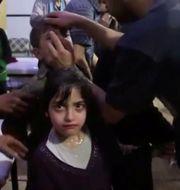Bild från frivilligkåren Vita Hjälmarna: Människor i Douma får vård efter helgens misstänkta kemvapenattack. SOCIAL MEDIA / TT NYHETSBYRÅN