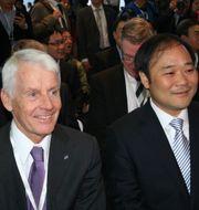 Hans-Olov Olsson och styrelseordföranden Li Shufu på bilsalongen i Shanghai KARIN OLANDER / TT NYHETSBYRÅN