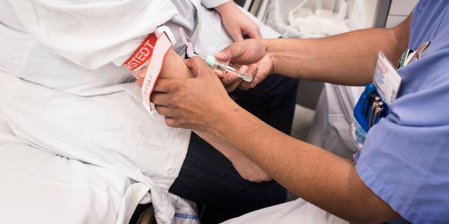 Sjuksköterska tar blodprov på patient. Arkivbild.  isabell Höjman/TT / TT NYHETSBYRÅN