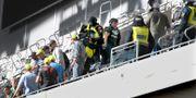 Ett antal personer omhändertogs av polis efter supporterbråk under allsvenska fotbollsmatchen mellen Hammarby och AIK på Tele2 Arena i Stockholm. Anders Wiklund/TT / TT NYHETSBYRÅN