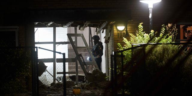 Bombtekniker från nationella bombskyddet undersöker en brottsplats i Malmö.  Andreas Hillergren/TT / TT NYHETSBYRÅN