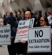 Julian Assanges anhängare utanför domstolen.  Frank Augstein / TT NYHETSBYRÅN