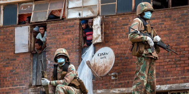 Poliser bevakar att karantänen i Sydafrika upprätthålls. Jerome Delay / TT NYHETSBYRÅN