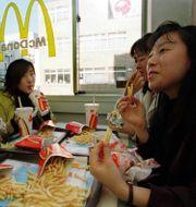 A group of women eat french fries and hamburgers at a McDonald's in Tokyo, Dec. 13, 1997. Shizuo Kambayashi / TT NYHETSBYRÅN