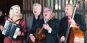 Tina Ahlin, Peter Dalle, Tommy Körberg och Jan Bergnér musicerar vid Hans Alfredsons begravning i Heliga korsets kapell. Fredrik Sandberg/TT / TT NYHETSBYRÅN