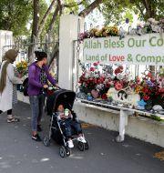Blommor utanför en av moskéerna i Christchurch den 14 mars i år. Mark Baker / TT NYHETSBYRÅN