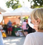Illustrationsbild: Äldre par använder munskydd när de är ute och handlar Henrik Montgomery/TT / TT NYHETSBYRÅN