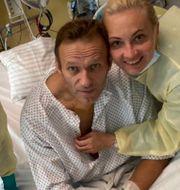 Vattenflaskorna på Navalnyjs hotellrum/Navalnyj med sin fru på sjukhuset. TT