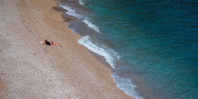 Ensam badare på en strand i Kroatien.  Darko Bandic / TT NYHETSBYRÅN
