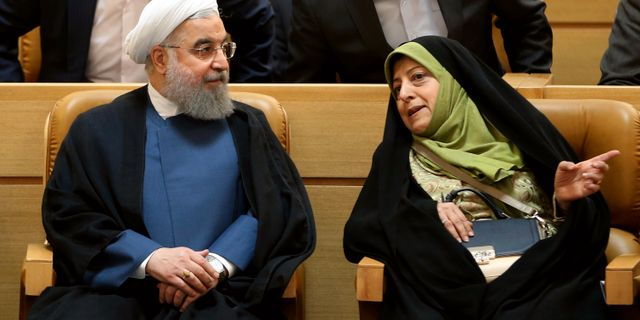 Hassan Rouhani och Massoumeh Ebtekar. Vahid Salemi / TT / NTB Scanpix