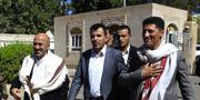 Taha al-Mutawakil (mitten), minister i den huthi- kontrollerade huvudstaden Saana.  MOHAMMED HUWAIS / AFP