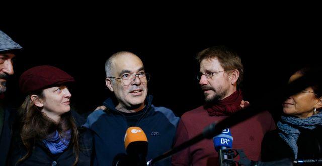 Ali Gharavi, andra från vänster, när han släpptes i väntan på dom den 26 oktober 2017. Emrah Gurel / TT NYHETSBYRÅN