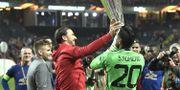 Zlatan Ibrahimovic lyfter bucklan efter segern i Europa League. Claudio Bresciani/TT / TT NYHETSBYRÅN
