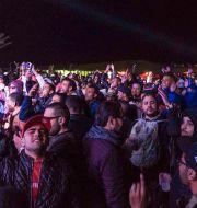 Besökare på musikfestivalen Dunes Electronique dansar. AMINE LANDOULSI / AFP