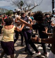 Bild från protesterna i Havanna i söndags. Ramon Espinosa / TT NYHETSBYRÅN
