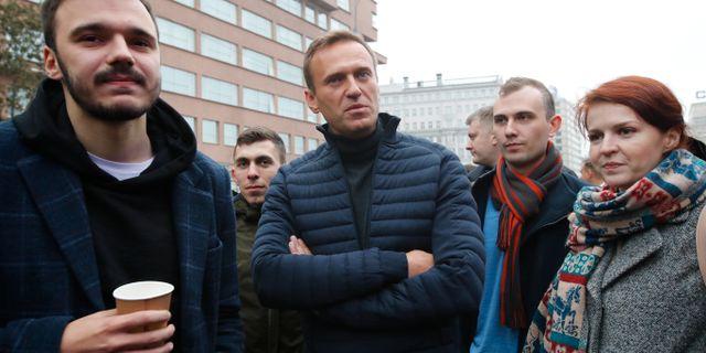 Aleksej Navalnyj med medarbetare vid en demonstration i Moskva i september.  Dmitri Lovetsky / TT NYHETSBYRÅN