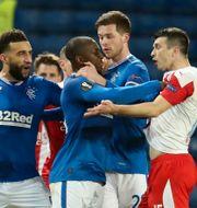 Kúdela drabbar samman med Rangers-spelare under matchen. ANDREW MILLIGAN / BILDBYRÅN