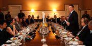 Bolsonaro vid en middag på Brasiliens ambassad i Washington, ihop med högerprofiler, däribland Trumps tidigare chefsstrateg Steve Bannon. ALAN SANTOS / Brazilian Presidency