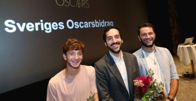 Levan Akin tillsammans med Levan Gelbakhiani och Bachi Valishvili i samband med tillkännagivandet.  Andreas Hillergren/TT / TT NYHETSBYRÅN