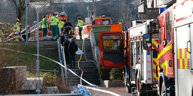 De personer som hoppade från balkonger togs om hand av ambulanspersonal på plats. Henrik Brunnsgård/TT / TT NYHETSBYRÅN