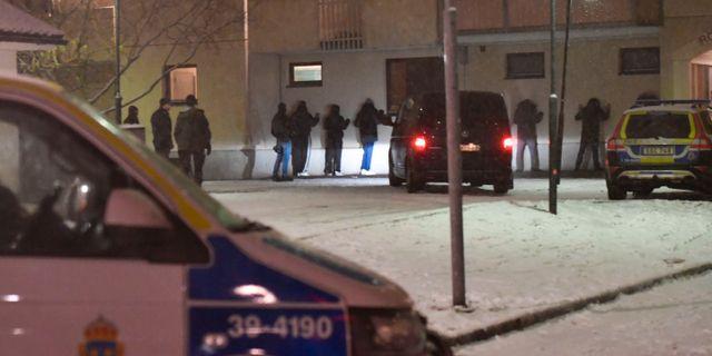 Polisen på plats i Enskede efter skjutningen.  Stina Stjernkvist/TT / TT NYHETSBYRÅN