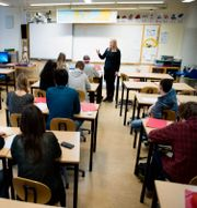 En lärare undervisar en klass med högstadieelever.  JESSICA GOW / TT / TT NYHETSBYRÅN
