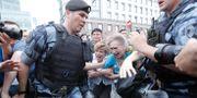 Poliser och demonstranter i Moskva. MAXIM SHEMETOV / TT NYHETSBYRÅN