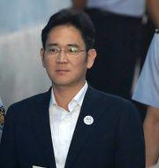 Arkivbild: Lee Jae-Yong på väg till en rättsförhandling om mutanklagelser som riktades mot honom 2017.  Chung Sung-Jun / TT / NTB Scanpix