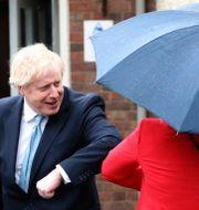 Boris Johnson hälsar på Torykandidaten i Hartlepool Jill Mortimer med en armbågshälsning.  Scott Heppell / TT NYHETSBYRÅN