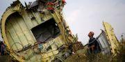 Vrakdel av MH17. Mannen på bilden har inget med texten att göra.  MAXIM ZMEYEV / TT NYHETSBYRÅN