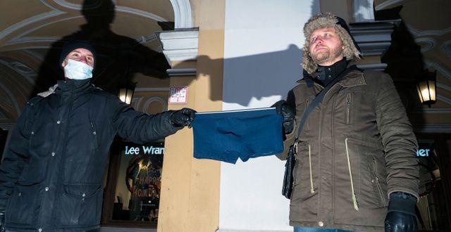 Demonstranter håller upp blåa kalsonger vid en demonstration i Sankt Petersburg, Ryssland. Dmitri Lovetsky / TT NYHETSBYRÅN