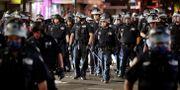 Poliser i Brooklyn i samband med protesterna igår. Seth Wenig / TT NYHETSBYRÅN