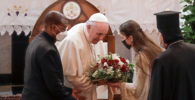Påve Franciskus välkomnas inne i kyrkan. Andrew Medichini / TT NYHETSBYRÅN