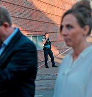 Chefen för danska skatteverket, Morten Boedskov (tv), på plats vid byggnaden efter detonationen den 6 augusti. OLAFUR STEINAR GESTSSON / Ritzau Scanpix