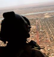 Fransk soldat i Mali (t v), Peter Hultqvist (t h). TT