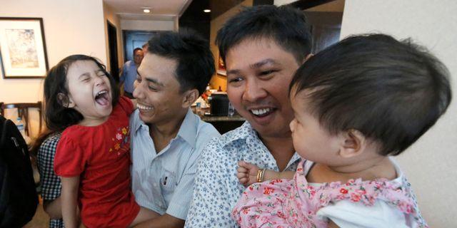 Wa Lone och Kyaw Soe Oo återser sina barn efter tiden i fängelse.  Ann Wang / TT NYHETSBYRÅN