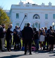 Vita husets stabschef Mark Meadows möter reportrar utanför Vita huset. Alex Brandon / TT NYHETSBYRÅN