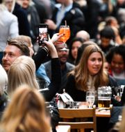 Londonbor träffas och dricker drinkar utomhus, 12 april.  Alberto Pezzali / TT NYHETSBYRÅN