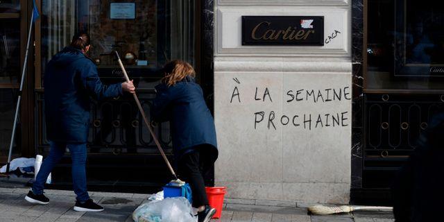 """""""Nästa vecka"""" klottrat på fasaden till lyxjuveleraren Cartier.  GEOFFROY VAN DER HASSELT / AFP"""