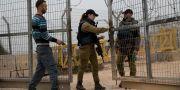 En palestinsk man väntar vid en grind för att släppas in till sin by Habla på Västbanken. TT / NTB Scanpix