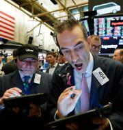 Aktiehandlaren Gregory Rowe har fullt upp på New York-börsen. Arkivbild.  Richard Drew / TT NYHETSBYRÅN