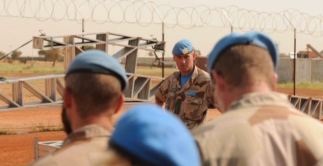 Överstelöjtnant Jonas Lotsne talar till delar av styrkan på Camp Nobel i Mali år 2015. Richard Kjaergaard/Försvarsmakten / TT NYHETSBYRÅN