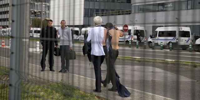 De två Air France-cheferna vandrar i väg från protesterna KENZO TRIBOUILLARD / AFP