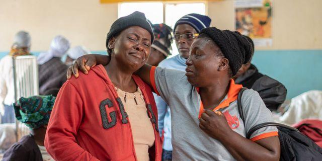 Familj besöker en skadad pojke på ett sjukhus i Chimanimani i Zimbabwe på måndagen.  ZINYANGE AUNTONY / AFP