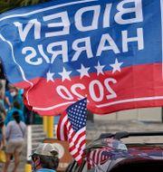 En Biden/Harris-flagga utanför en vallokal i Lakeland, Florida, 19 oktober 2020.  Chris O'Meara / TT NYHETSBYRÅN