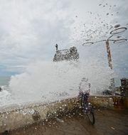 En cyklist blir översköljd av vatten i Mazatlan, Mexiko. Roberto Echeagaray / TT NYHETSBYRÅN