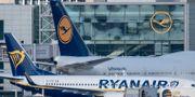 Ett Ryanairplan bredvid ett Lufthansaflyg.  Boris Roessler / TT NYHETSBYRÅN