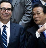 Steven Mnuchin i samtal med Japans finansminister Taro Aso. TT.